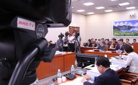 일본 공영방송 NHK가 3일 국회에서 열린 외교통일위원회 전체회의를 취재하고 있다. [연합뉴스]
