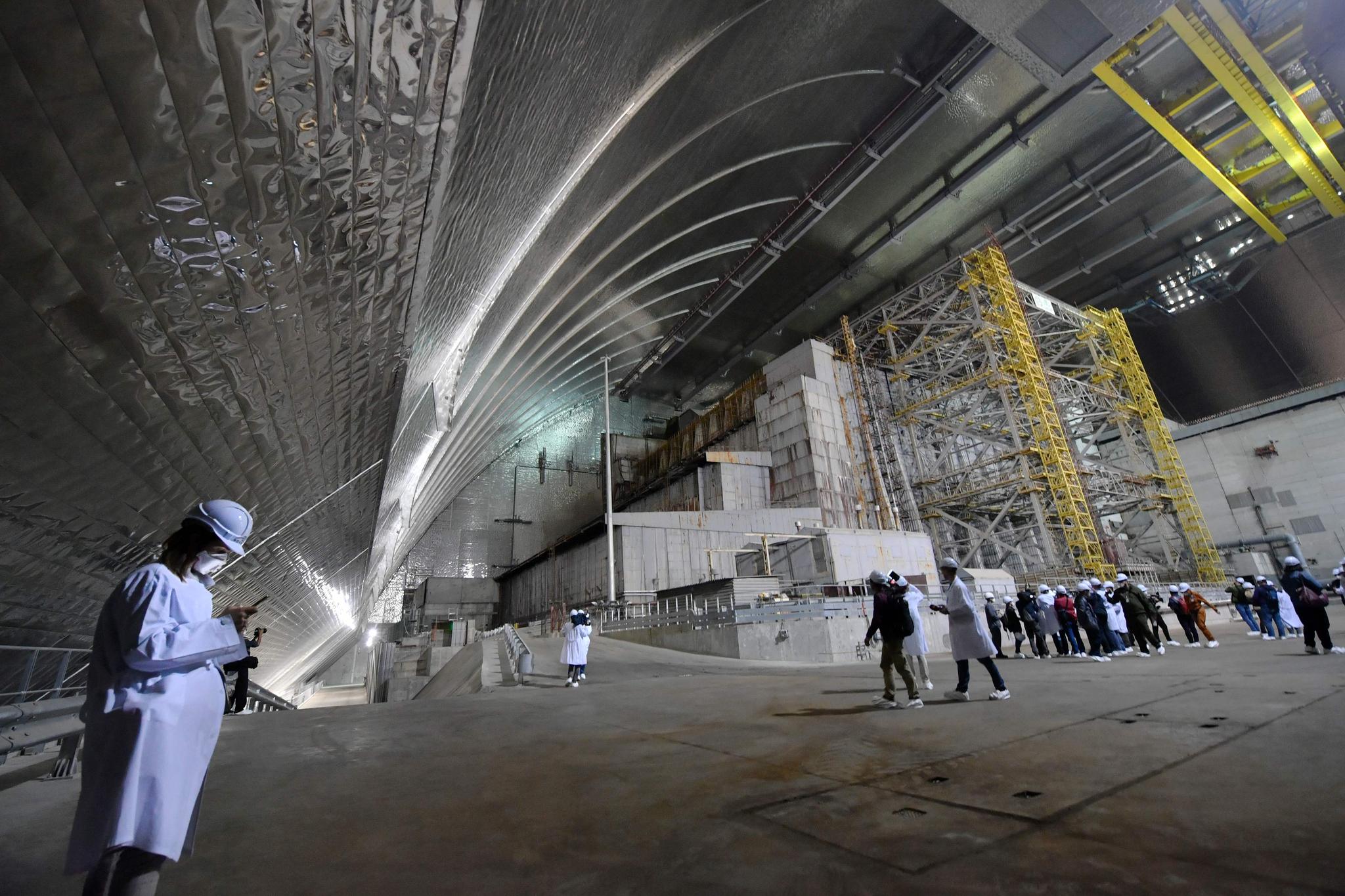 지난 1986년 폭발 사고가 났던 체르노빌 원전 4호기를 덮었던 콘크리트 위에 새롭게 설치된 철제 아치형 방호 덮개 내부. 우크라이나는 10일(현지시간) 본격 방호 덮개 운영에 들어갔다. [AFP=연합뉴스]