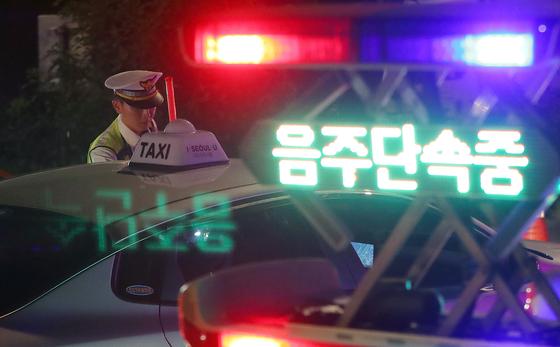 '제2윤창호법' 시행 첫 날인 지난달 25일 새벽 서울 마포구 합정역 인근에서 경찰이 음주운전 단속을 하고 있다. [뉴스1]