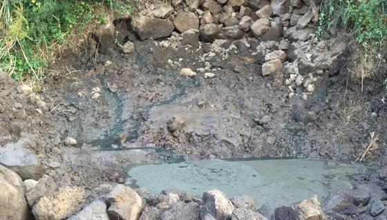 지하수가 흘러들어 가는 원천인 '숨골'에 가축 분뇨가 무단으로 버려져 있다. [제주도 자치경찰단 제공=연합뉴스]