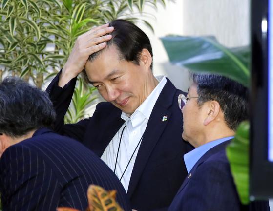조국 민정수석과 강기정 정무수석이 3일 오후 청와대에서 열린 수석보좌관 회의에 앞서 얘기를 나누고 있다. [연합뉴스]