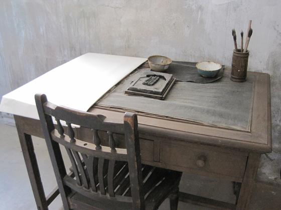 안중근 의사가 최후를 보낸 중국 뤼순 감옥의 독방 풍경. 10㎡ 크기의 방안에 안 의사 수감 당시의 모습을 재현해 놓았다. 책상 위의 벼루와 먹은 안 의사가 『동양평화론』을 집필할 때 사용한 것으로 전해진다. [중앙포토]