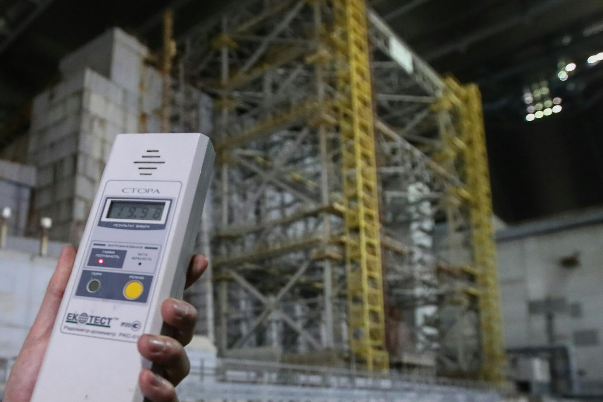 한 사람이 새롭게 설치된 체르노빌 원전 철제 아치형 방호 덮개 내부에서 방사선을 측정하고 있다. 우크라이나는 10일(현지시간) 방호 덮개 운영에 들어갔다. [TASS=연합뉴스]