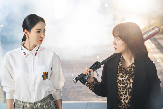 드라마 '검색어를 입력하세요 WWW'에서 걸크러시한 모습을 보여주고 있는 이다희와 임수정. [사진 tvN]