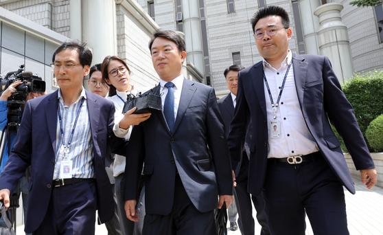 강신명(가운데) 전 경찰청장이 지난 5월 서울중앙지방법원에서 열린 구속 전 피의자심문(영장심사)을 마치고 호송차로 향하고 있다. [뉴스1]