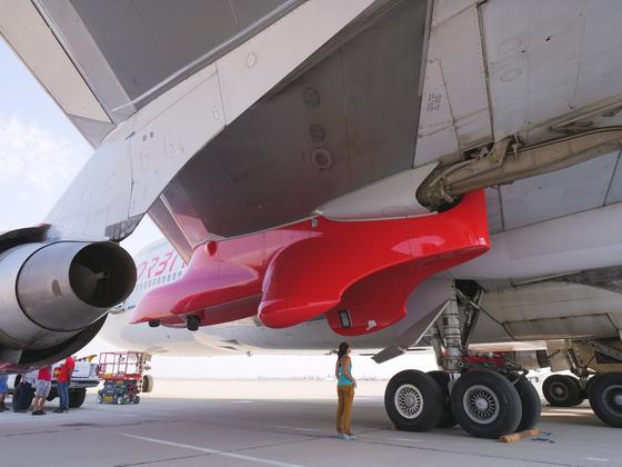 코즈믹 걸(보잉747) 왼쪽 날개 아래에 론처원을 부착하는 구조물이 보인다.[사진 버진오빗]