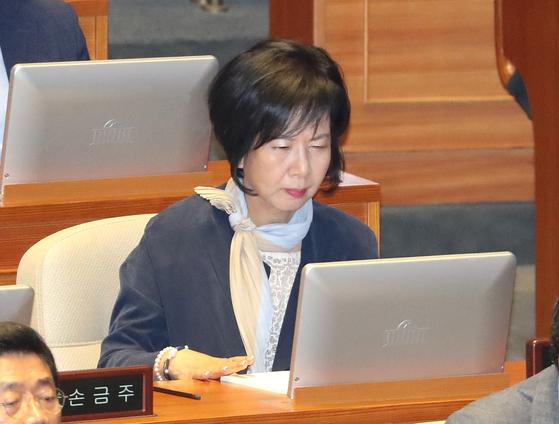 무소속 손혜원 의원이 3일 오전 열린 국회 본회의에 참석해 모니터를 살피고 있다. [연합뉴스]