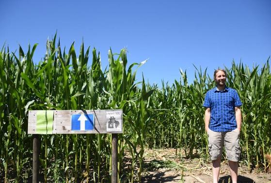자신의 경작지에 스웨덴의 환경운동가 툰베리의 초상화를 그린 독일의 농부 루에만 씨. [사진 Sabine Geschwinder]