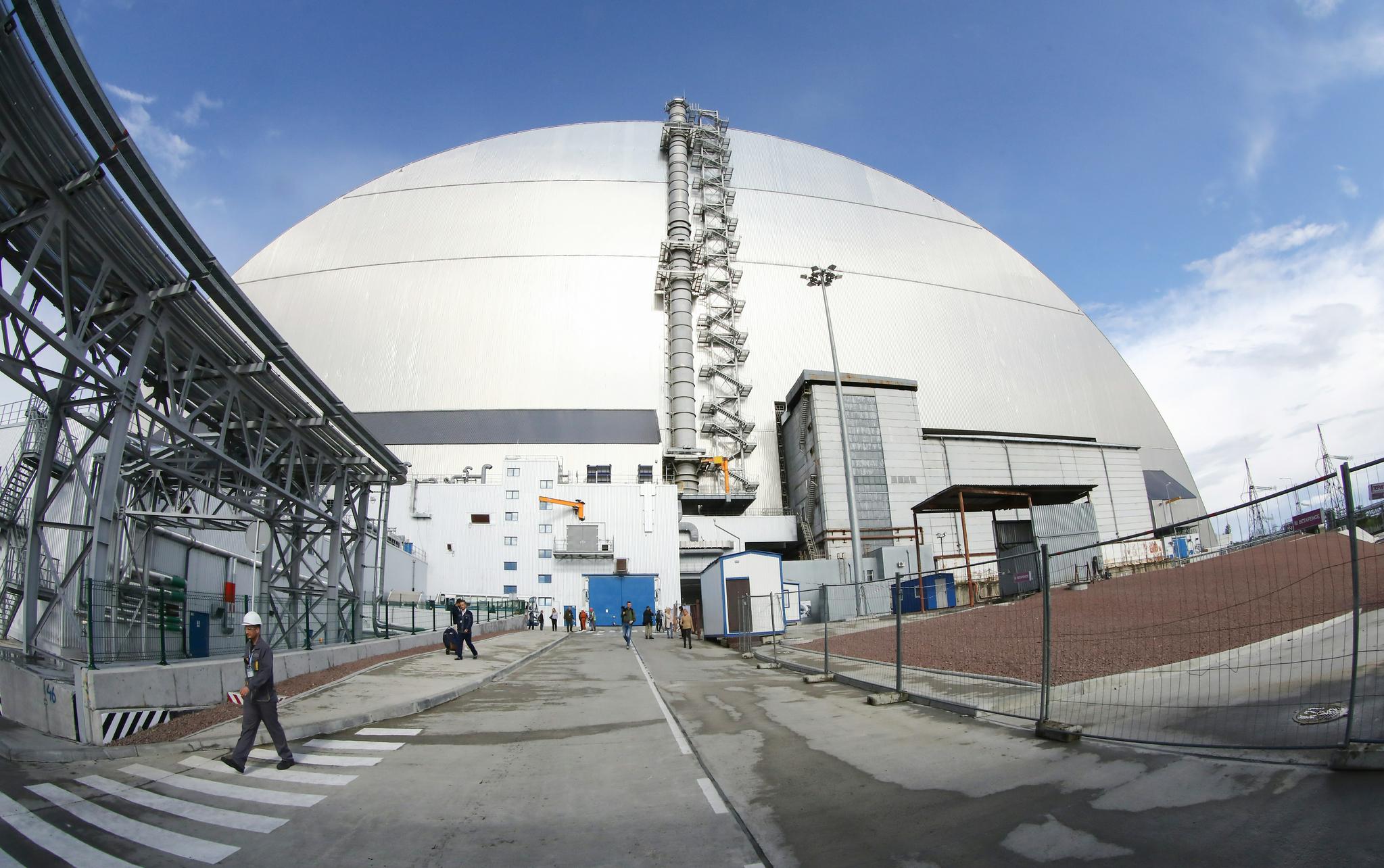 지난 1986년 폭발 사고가 났던 체르노빌 원전 4호기를 덮었던 콘크리트 위에 새롭게 설치된 철제 아치형 방호 덮개 외관. 우크라이나는 10일(현지시간) 본격 방호 덮개 운영에 들어갔다. [TASS=연합뉴스]