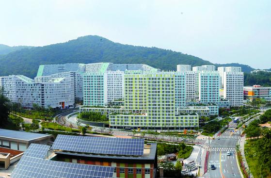 저렴한 분양가로 공급해 '반값 아파트'로 불렸던 서울 강남구 세곡지구 보금자리주택의 모습. 2015년부터 순차적으로 전매제한이 풀리자 집값이 두 배 이상으로 뛰었다. [중앙포토]