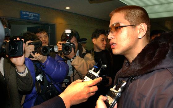 2002년 2월 인천국제공항에서 입국이 거부된 모습. [중앙포토]