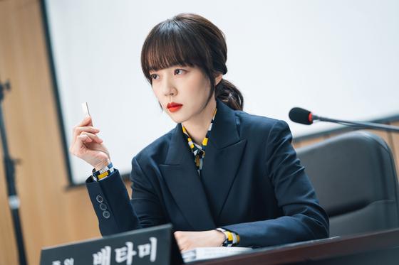 '개 쎄보이는' 컬러의 립스틱을 바르고 국회 청문회장에 증인으로 참석한 임수정. [사진 tvN]