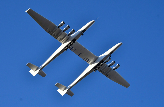 세계 최대의 항공기 '스트라토론치'가 지난 4월 미국 캘리포니아에서 시험비행을 하고 있다.이날 스트라토론치는 로켓없이 날았다. [로이터=연합뉴스]