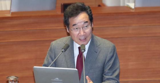 이낙연 총리가 11일 국회 대정부질문에 참석해 의원들 질의에 답하고 있다. 임현동 기자