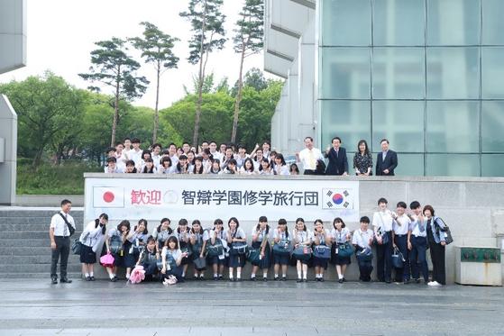한국으로 수학여행을 온 일본 지벤학원 학생들이 지난 9일 경주엑스포공원 내 경주타워 앞에서 기념사진을 촬영하고 있다. [사진 경주엑스포공원]