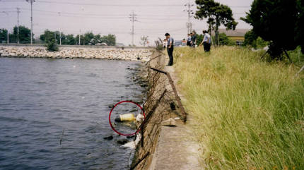 2002년 부산 강서구 바다에서 발견된 살인사선 피해자 시신이 담긴 마대자루(원안). [부산경찰청 제공]