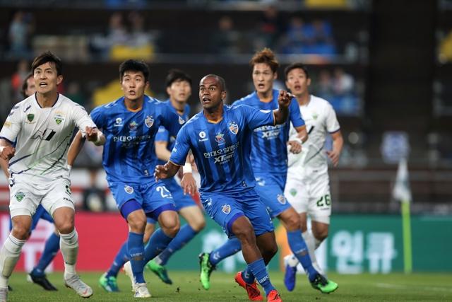 K리그1 1위 전북 현대와 2위 울산 현대가 오는 14일 하나원큐 K리그 2019 21라운드에서 맞대결을 펼친다. 사진=한국프로축구연맹