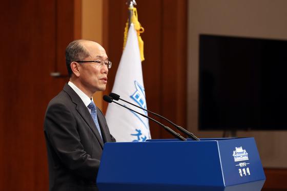 """김유근 국가안전보장회의 사무처장은 12일 청와대 춘추관 브리핑을 통해 일본에 """"수출통제체제 위반 사례에 대해 한ㆍ일 양국이 공동으로 국제기구의 조사를 받자""""고 제안했다. [뉴시스]"""