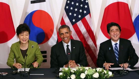 지난 2014년 3월 한미일 정상회담이 핵안보정상회의 개최지인 네덜란드 헤이그 미국대사관저에서 열렸다. 미국의 버락 오바마 대통령이 주최하는 형식으로 열리는 이 회담에서 박근혜 대통령과 아베 신조 일본 총리 등 3국 정상은 북핵 및 핵비확산 문제에 관해 의견을 교환했다. 박 대통령은 네델란드에서 일정을 마치고 다음 순방지인 독일로 향했다. [청와대사진기자단]