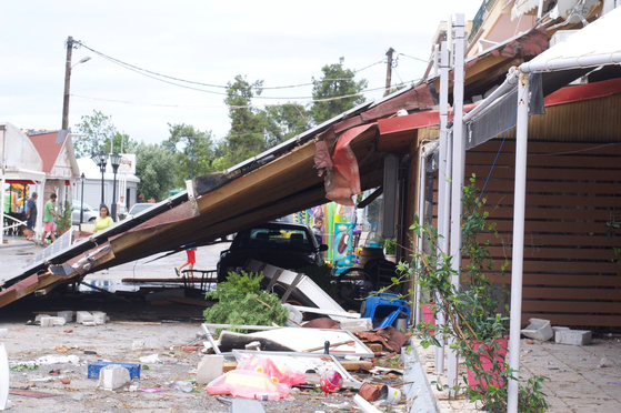 지난 10일 강력한 폭풍우가 그리스 할키디키 지역을 휩쓸고 지나갔다. 이로 인해 폐허가 된 거리의 모습. [로이터=연합뉴스]