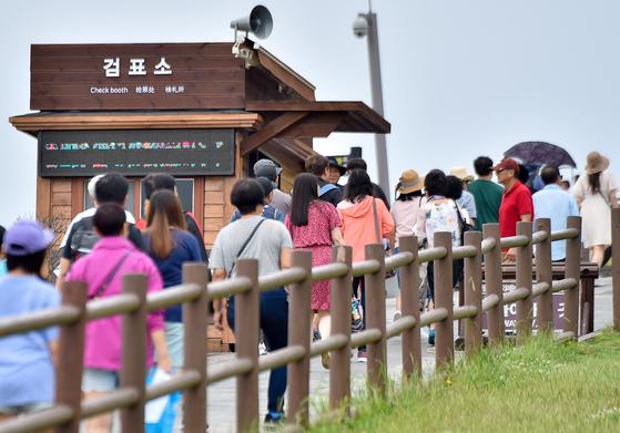 제주 서귀포시 성산읍 성산일출봉에 관광객들이 찾아와 표를 끊고 있다. [뉴시스]