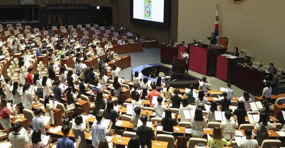 제15회 어린이국회가 12일 국회에서 열렸다. 어린이 의원들이 선서를 하고 있다. 임현동 기자/20190712