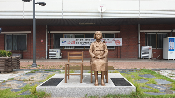 11일 오후 경기도 안산시 상록수역 앞 광장에 세워진 평화의 소녀상. 사진 김태호 기자