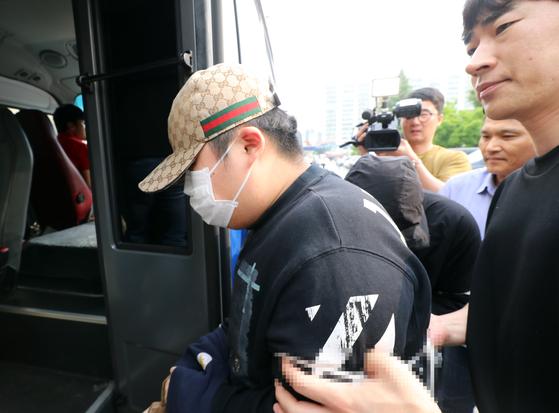 지난 6월 19일 오전 광주 북부경찰서에서 친구를 때려 숨지게 한 10대 4명 사건이 검찰로 송치됨에 따라 구치감으로 압송되고 있다. [연합뉴스]