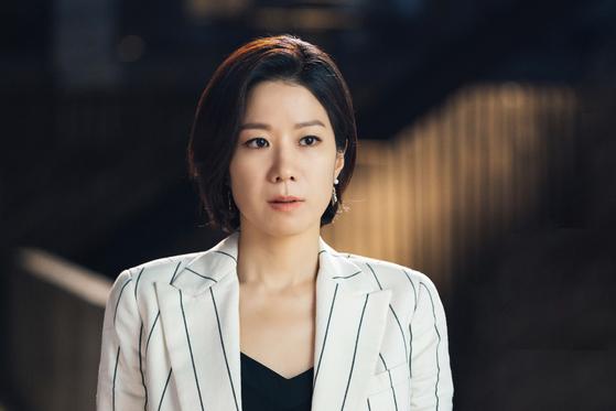드라마 '검색어를 입력하세요 WWW'에서 걸크러시한 캐릭터로 인기를 끄는 배우 전혜진. 극 중 경쟁업체 임원으로 등장하는 이들은 팽팽한 기싸움을 벌인다. [사진 tvN]