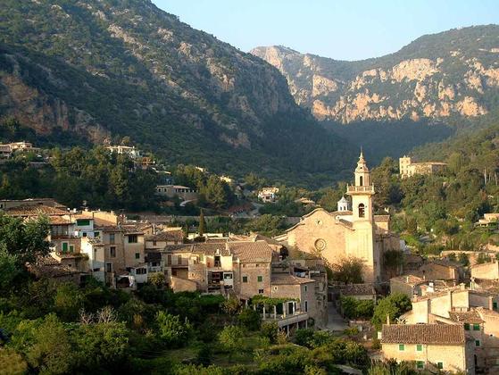 발데모사의 전경 사진(2003년). 발데모사는 마요르카의 작은 마을이다. [출처 Wikimedia Commons (Public Domain)]