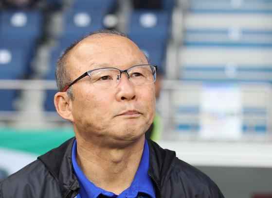 박항서 감독이 베트남축구협회와 재계약 협상을 일시 중단하기로 결정했다. 일부 현지 언론의 무분별한 추측성 보도 때문에 이미지에 심각한 타격을 입고 있다는 판단 때문이다. [뉴스1]