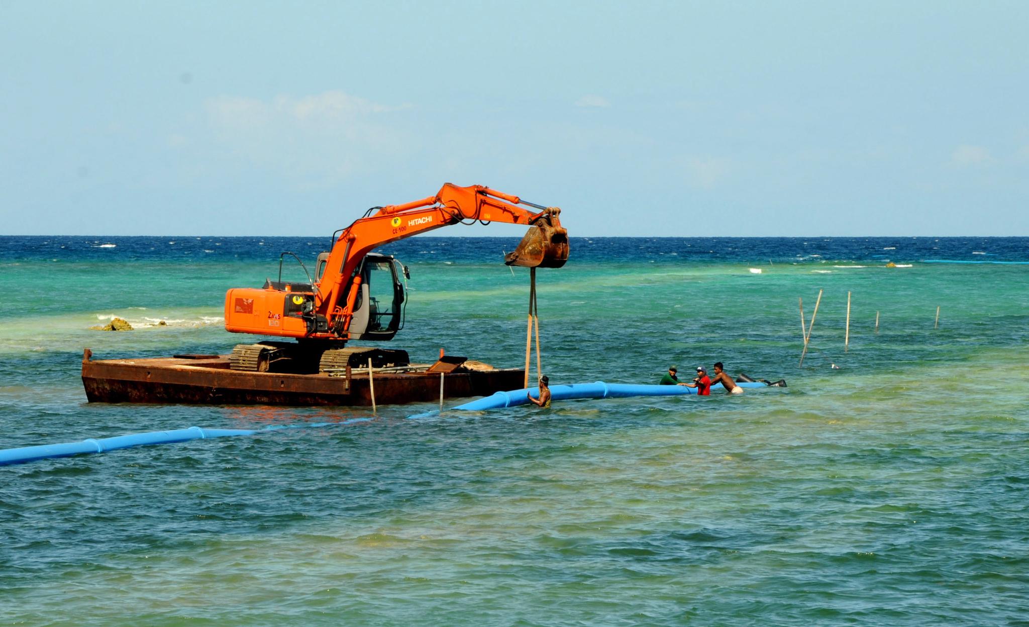 필리핀 인부들이 보라카이섬 폐쇄 이후 하수관을 설치하고 있다. [EPA=연합뉴스]