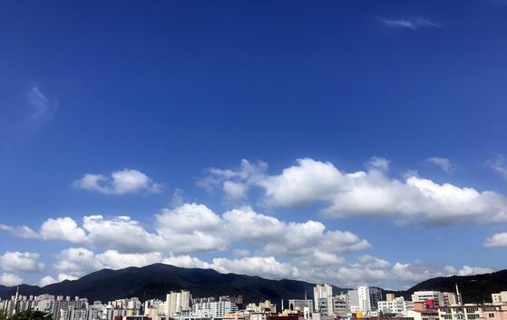 초복(初伏)인 12일 경남 창원시 마산회원구 합성동 위 하늘이 푸르다. [연합뉴스]