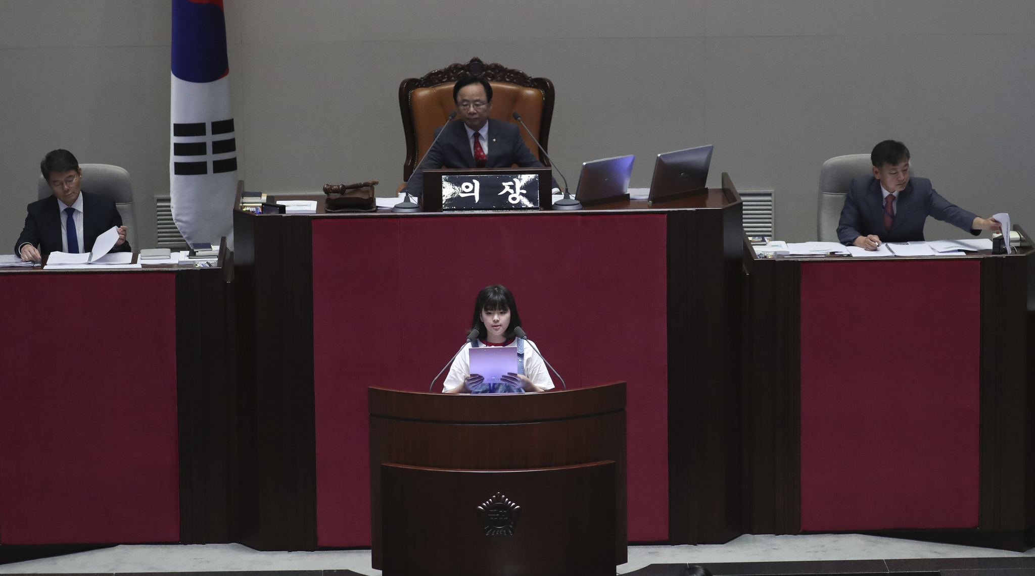 제15회 어린이국회가 12일 국회 본회의장에서 열렸다. 어린이 국회의원이 대정부질문을 하고 있다. 임현동 기자