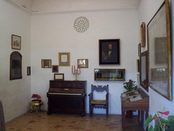 발데모사 수도원에 있는 쇼팽과 상드 기념관. 이 기념관은 쇼팽 일행이 실제로 묵은 방에 설치됐다. 기념관에 전시된 피아노는 쇼팽이 주민에게 빌려 사용한 것이다. 수도원에는 또 하나의 쇼팽과 상드 기념관이 있는데 그곳에는 쇼팽이 사용했던 플레옐 피아노가 전시돼있다. [출처 Wikimedia Commons (Public Domain)]