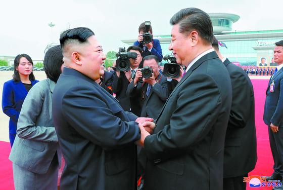 시진핑 중국 국가주석(오른쪽)이 지난달 20일 평양을 방문해 김정은 북한 국무위원장과 만나고 있다. [사진=연합뉴스]