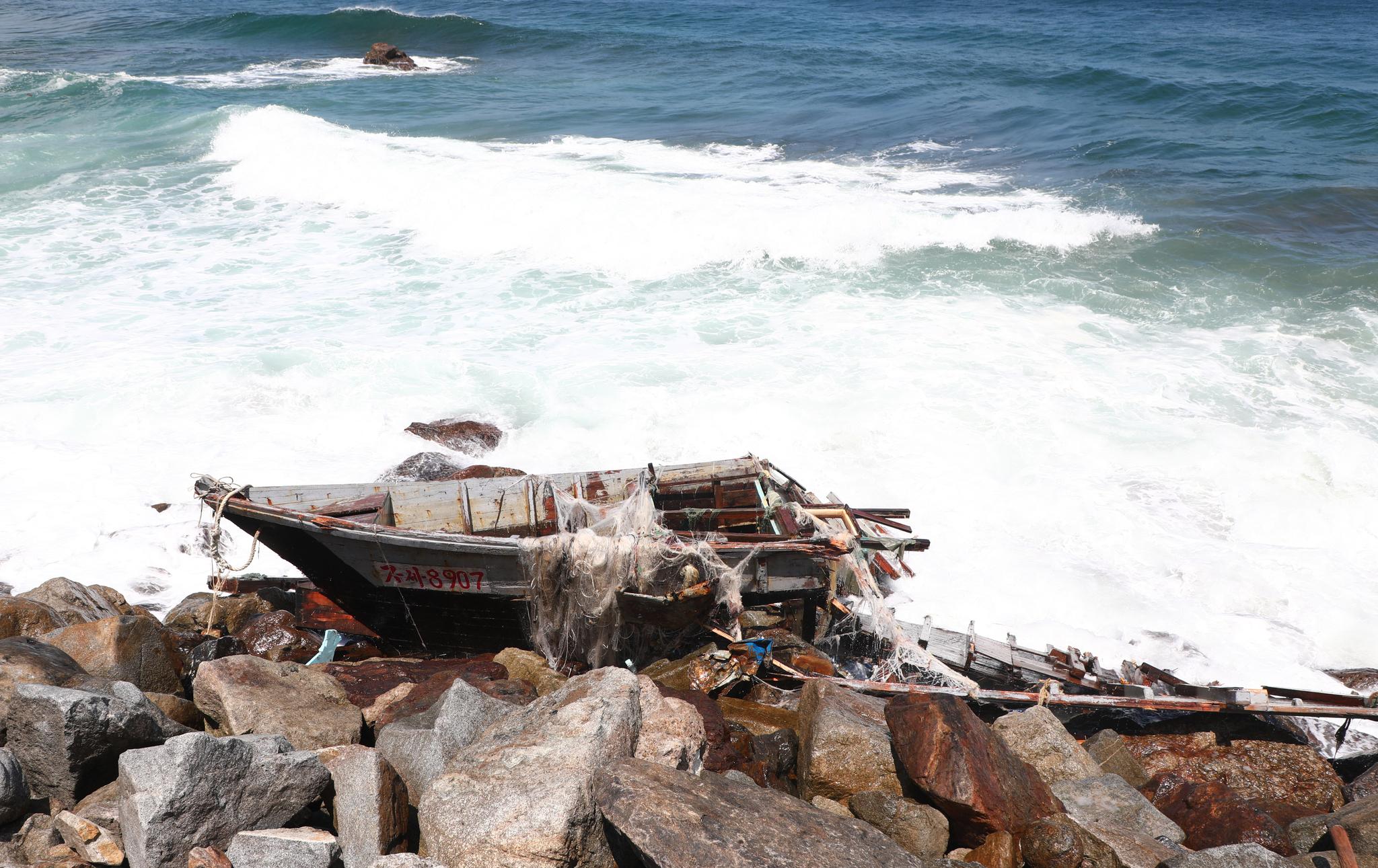 12일 강원도 고성군 거진 1리 해안가에서 북한 소형목선 1척이 발견됐다. 합동참모본부에 따르면 이날 오전 10시 37분쯤 해경이 북한 무인 소형목선을 발견해 확인·조치 중에 있다. [뉴스1]