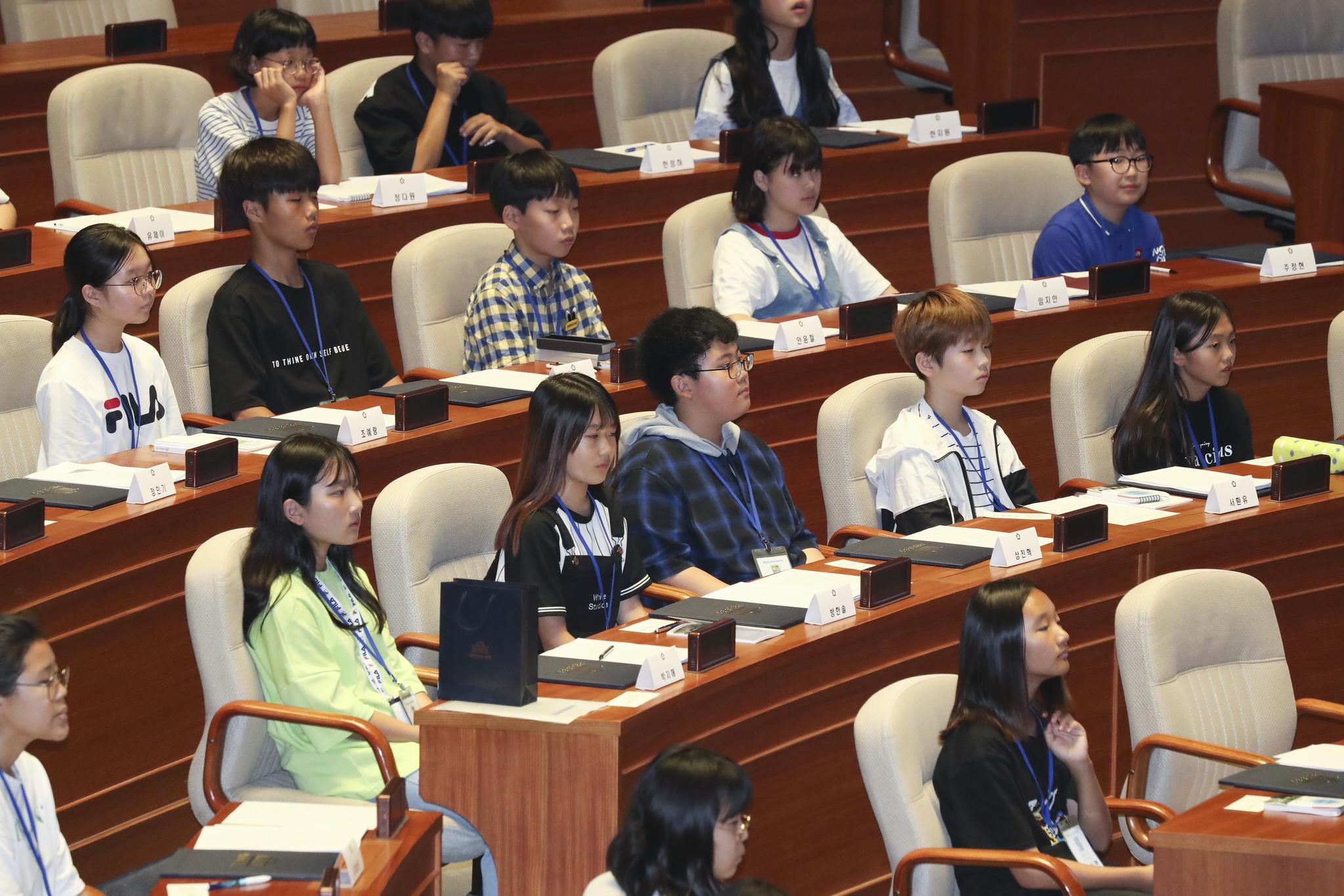 어린이 의원들이 진지한 표정으로 문희상 국회의장의 발언을 듣고 있다. 임현동 기자