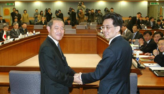 한국과 일본 정부는 22일 서울 외교통상부 청사에서 한·일 자유무역협정(FTA) 체결을 위한 정부간 1차 협상을 하고 분야별 협상 의제에 합의했다. 양국은 2005년까지 협상을 마무리해 2006년 FTA를 시행할 계획이다. 2003년 12월 김현종 외교부 통상교섭조정관(右)과 일본 후지사키 외무성 외무심의관이 회담에 앞서 인사하고 있다. [중앙포토]