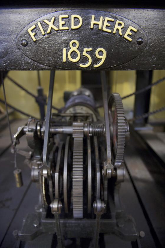 1859 년 7 월 11 일에 시간을 알리기 시작한 빅 벤의 시계 부품 . 시계 제작 당시 명판이 붙어있다..[AFP=연합뉴스]