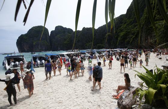 태국의 유명 휴양지인 피피섬 마야베이 해변이 환경 오염으로 인해 지난해 6월부터 폐쇄됐다. 사진은 폐쇄 전인 지난해 5월 마야 베이 해변에 몰린 관광객들. [AP=연합뉴스]