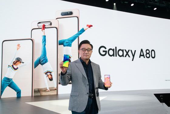 삼성전자 IM부문장 고동진 사장이 지난 4월 태국 방콕에서 진행된 'A 갤럭시 이벤트'에서 갤럭시 최초로 로테이팅 카메라를 탑재한 '갤럭시 A80'을 소개하고 있다. [사진 삼성전자]