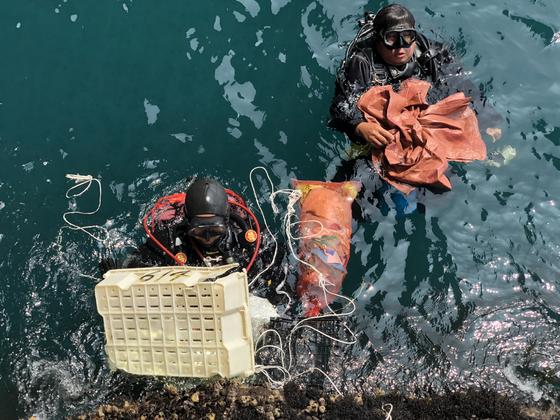 제주 차귀도 바닷속에서 각종 쓰레기를 건져올린 문섬 47 회원들. 천권필 기자