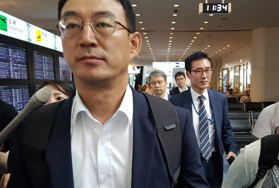 한일 전략물자 수출 통제 과장급 실무회의에 참석하기 위해 전찬수 산업부통상자원부 무역안보과장과 한철희 동북아통상과장이 12일 오전 일본 도쿄 하네다공항에 도착해 공항을 빠져나가고 있다. [연합뉴스]