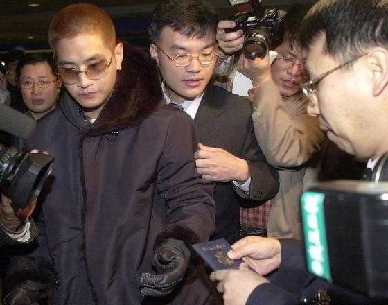2002년 2월 2일 인천공항을 통해 입국한 유 씨가 미국 국적의 여권을 제시하며 입국을 시도하고 있는 모습. 유씨는 당시 입국을 거부당했다. [연합뉴스]