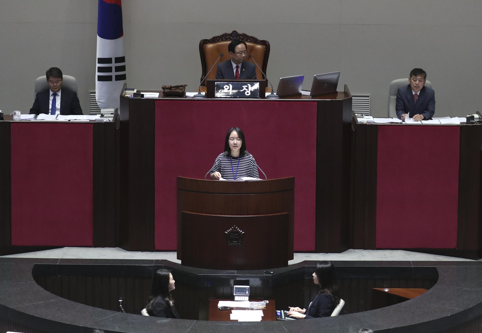 제15회 어린이국회가 12일 국회 본회의국에서 열렸다. 어린이 의원이 대정부질문을 하고 있다. 어린이 국회가 국회 본회의장에 열린 것은 처음이다. 임현동 기자