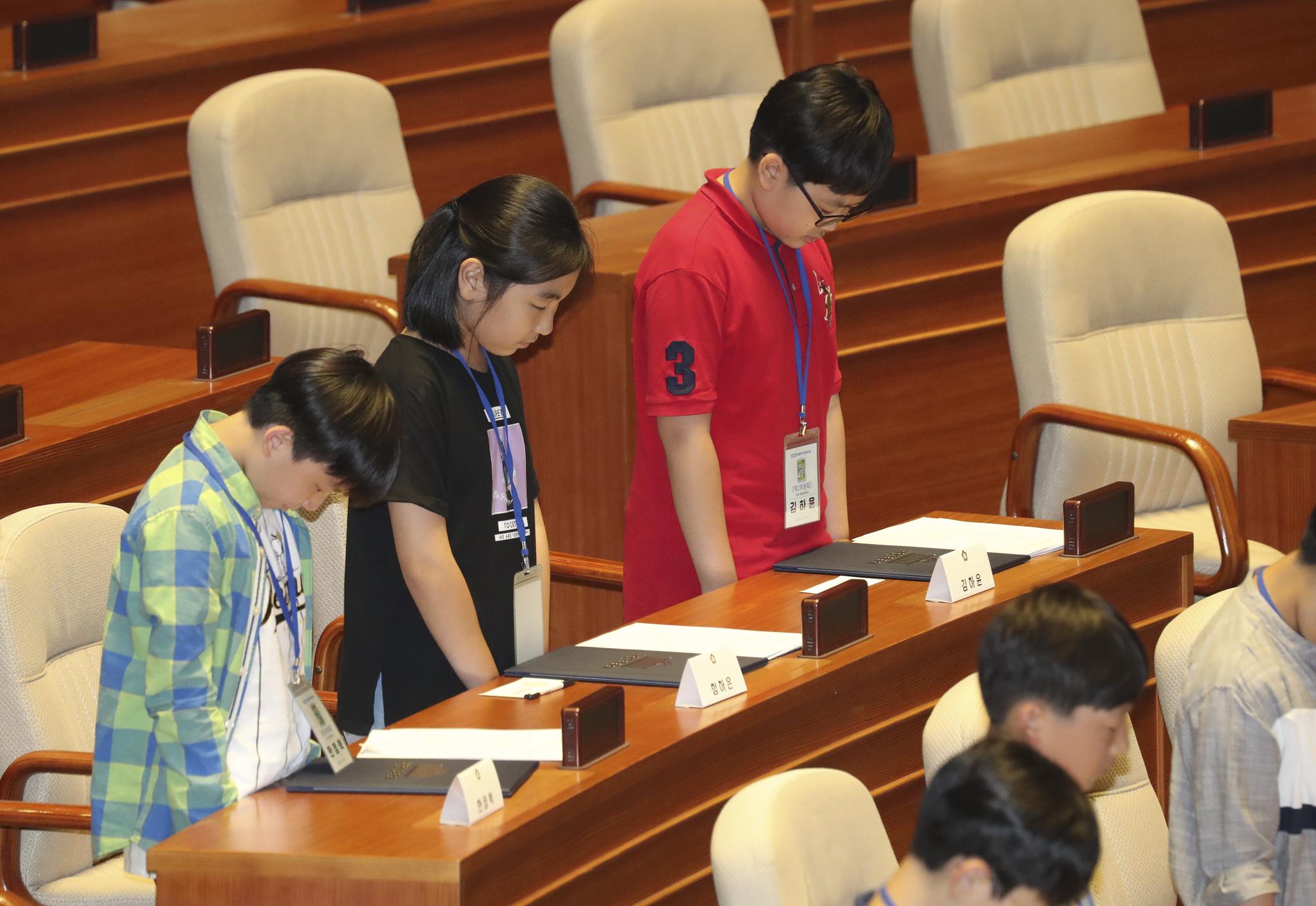 어린이 국회의원들이 순국선열에 대한 묵념을 하고 있다. 임현동 기자