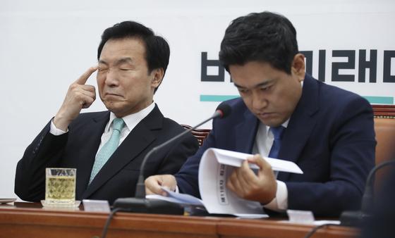 손학규 바른미래당 대표(왼쪽)와 오신환 원내대표가 12일 오전 국회에서 열린 최고위원회의에서 굳은 표정을 하고 있다. 임현동 기자