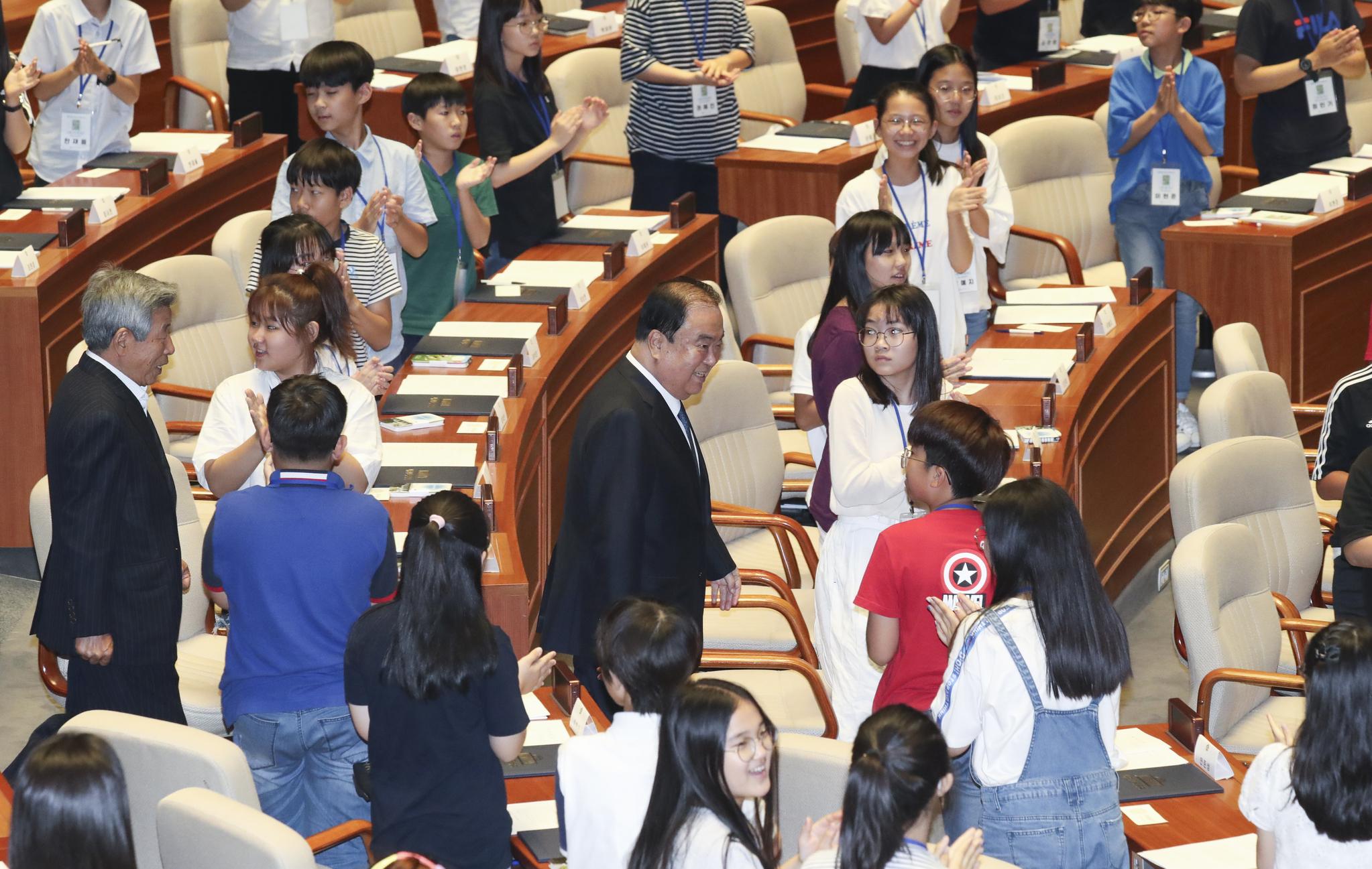 문희상 국회의장(가운데)와 유인태 사무총장이 어린이 의원들의 박수를 받으며 본회의장으로 들어오고 있다. 임현동 기자
