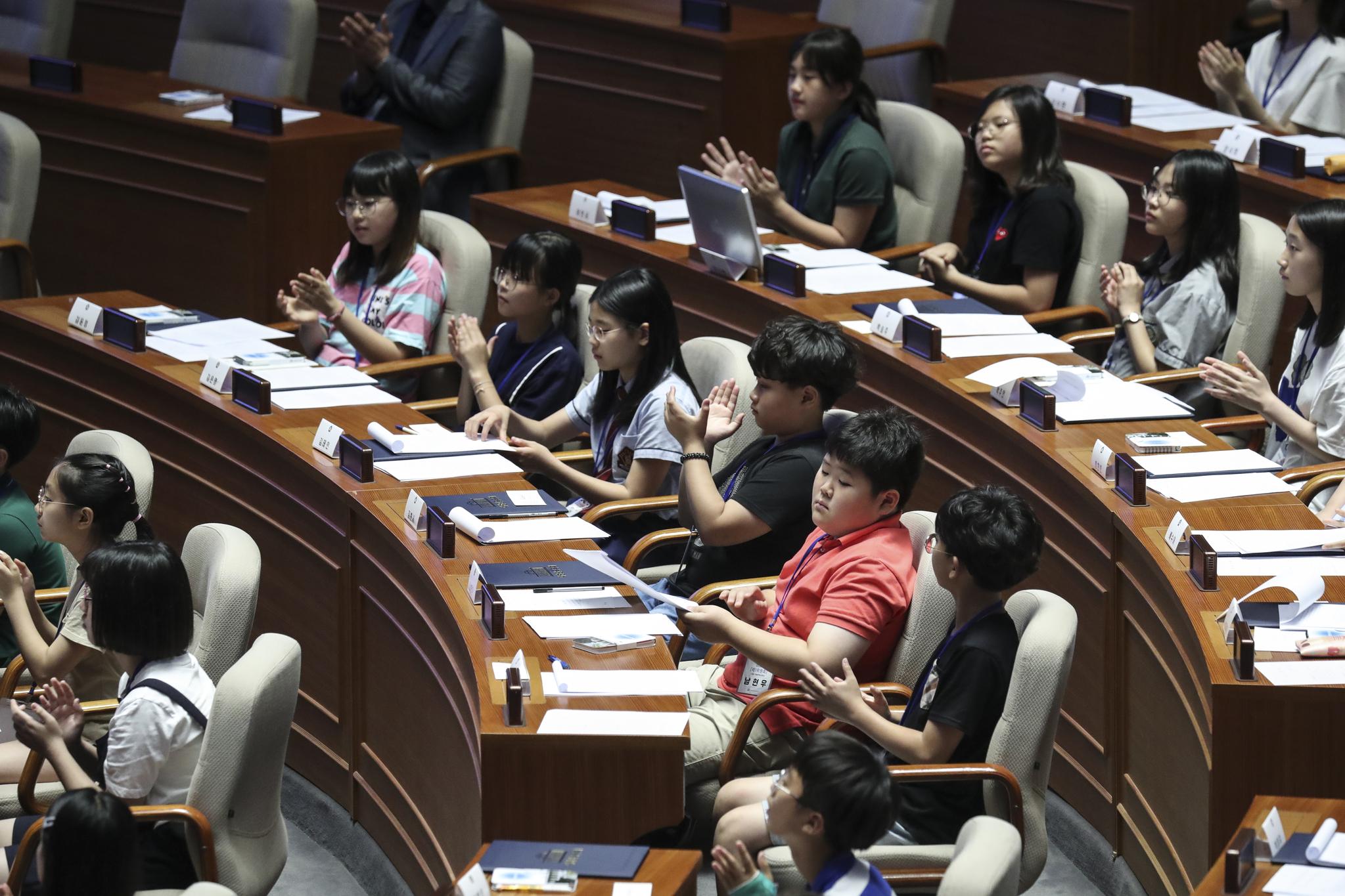 제어린이 국회의원이 대정부질문이 끝나자 박수를 치고 있다. 임현동 기자